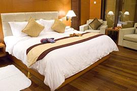 Bequemes Bett im Hotelzimmer